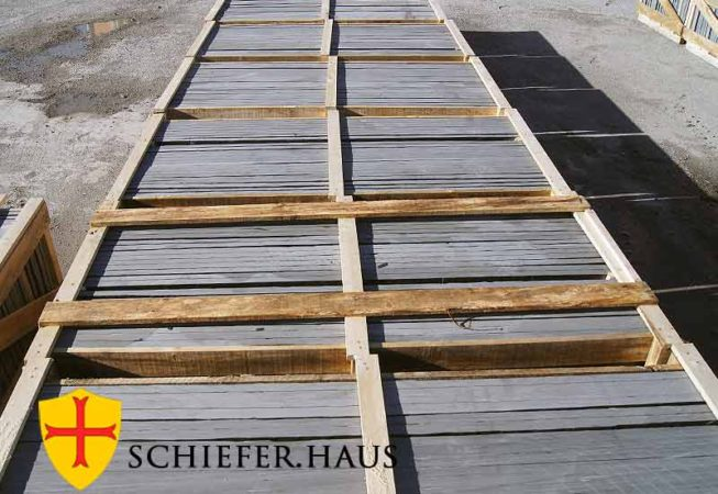 Schiefer Schwarzer Anthrazit Naturschiefer. Schieferplatten geben Ihrer Terrasse eine lebendige Struktur und ein natürliches Aussehen. Schieferplatten deko garten.
