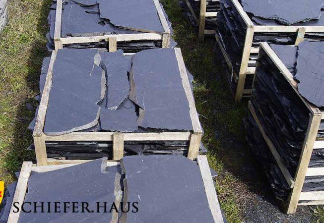 Schieferplatten polygonal, spaltrauhspaltrauh mit Bruch und Sägekanten. Schieferplatten polygonal.