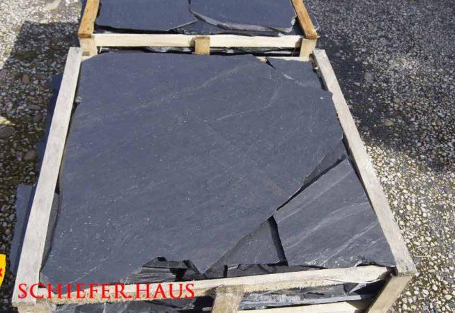 Schieferplatten schwarz polygonal. Schieferbruch in Spanien. Keine Oxidation.