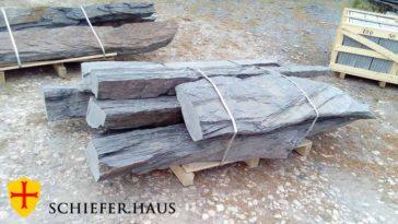 Große Monolithen aus Schiefer. Monolith Schiefergrundgestein. Naturstein.